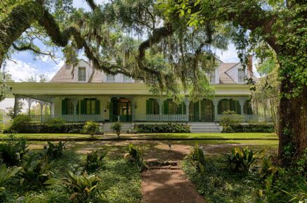 Myrtles Plantation surround by oak trees